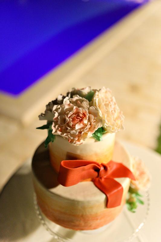 Свадебный торт с бантом. Wedding cake with ribbon